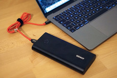 Thanks to power delivery you can use external batteries easily (here the Anker PowerCore+)